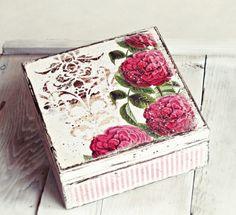 Romantyczne, drewniane pudełko w róże, wykonane w modnym, rustykalnym stylu... Idealne do romantycznego wnętrza, delikatnej sypialni... Postarzane, ozdobione ręcznie techniką mieszaną, utrwalone nietoksycznym satynowym akrylem; również wewnątrz. Wymiary pudełka: ok. 14,5cm...