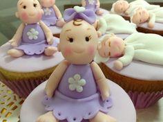 Cupcakes para baby shower, bebés modelados en masa elástica .
