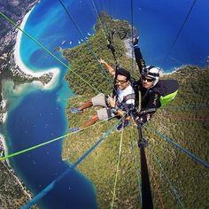 Öludeniz na Turquia é considerado um dos melhores lugares do mundo para a prática do paragliding. O visual da Blue Lagoon com a vista dos mares Egeu e Mediterrâneo é indescritível.  Pesquise hotéis passagens e tudo para a sua viagem no @decolaroficial #DecolarMeLeva #ad