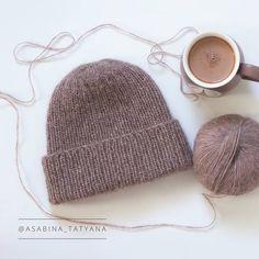 Пока фотографировали шапку, я, как ни странно,  обнаружила даже кружку под  необычный цвет пряжи. То ли у нас так много кружек, то ли мне просто везет!) 😆☕  ❌Шапка продана, но ✅возможен повтор в любом цвете.  #knitting #knittersofinstagram #knitstagram #instaknit #knitted #knittingaddict #handknit #knittinglove #iloveknitting #i_loveknitting #knits #knitting_inspiration #knitter #instaknitting #knittersoftheworld #knitters #knittedhat  #вязание #вяжутнетолькобабушки #вязаниеназаказ