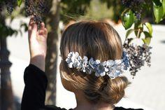 Nuestras Ninfas son muy versátiles, ya que puedes llevarla como diadema o media corona, ¿te atreves?. #tocados #pitiusas #invitadaperfecta #boda #florespreservadas
