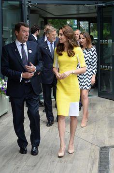 La Duquesa optó por un vibrante vestido amarillo con detalles en blanco, de Roksanda, que combinó con 'stilettos' en 'nude'.