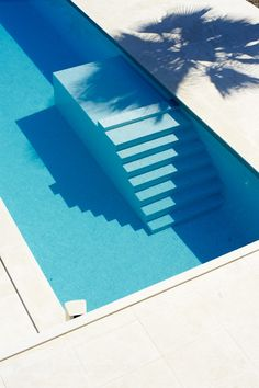 Minimalist style swimming pool with stairs - Dita Building architects Living Pool, Outdoor Living, Interior Architecture, Interior And Exterior, Stairs Architecture, Moderne Pools, My Pool, Pool Designs, Ibiza