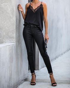 Night Out Mid Rise Coated Skinny - Damen Mode Go Out Outfit Night, Night Outfits, Casual Night Out Outfit Summer, Black Skinny Jeans Outfit Night, All Black Party Outfit, Summer Bar Outfits, Womens Fashion Casual Summer, Black Women Fashion, All Black Outfits For Women