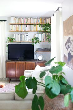 out the gallery wall for more wall shelves, which in combination withthe TV cabinet, created amedia