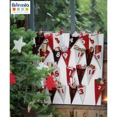 [ Tuto DIY Noël ] Un calendrier de l'avent à faire soi-même avec de la feutrine ! Le tuto est ici >>> http://www.perlesandco.com/Calendrier_de_l_avent_cornets_en_feutrine-s-2394-17.html