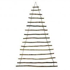Ihastuttava joulukuusen mallinen puukoriste sopii mainiosti kauniimpien joulukoristeiden tai vaikka joulukorttien esillepanoon. Joulukuusen korkeus on 130 cm ja sen alaosan leveys on 80 cm.