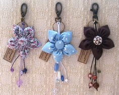 Flower Key fobs or purse charms Handmade Flowers, Diy Flowers, Fabric Flowers, Cute Keychain, Crochet Keychain, Keychains, Cute Sewing Projects, Sewing Crafts, Felt Crafts