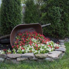 Garden Yard Ideas, Garden Crafts, Lawn And Garden, Garden Planters, Garden Projects, Backyard Ideas, Diy Projects, Outdoor Flower Planters, Wheelbarrow Planter