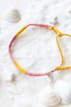 Most of the most popular bags do not meet a certain aesthetics this season. Friendship Bracelets Tutorial, Bracelet Tutorial, Beaded Necklace, Beaded Bracelets, Diy Jewelry, Jewlery, Handmade Bracelets, Diy And Crafts, Creative