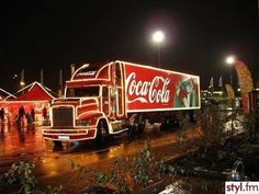 The famous cocoa cola truck Coca Cola Ad, Always Coca Cola, Coca Cola Christmas, Christmas And New Year, Santa Story, Cocoa Cola, Snow Images, Favim, Velvet Pillows
