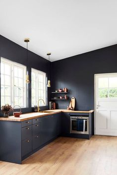 Årets farve 2018 hedder Black Flame og er en flot dyb mørk blå f . Black Kitchen Cabinets, Kitchen Cabinet Colors, Painting Kitchen Cabinets, Black Kitchens, Kitchen Layout, Home Kitchens, Home Decor Kitchen, Interior Design Kitchen, Country Kitchen