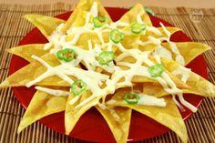 I nachos sono dei triangolini di farina di mais che vengono fritti, ricoperti di formaggio tagliato alla julienne, cosparsi di fettine di peperoncino fresco e infornati per qualche minuto fino alla fusione del formaggio.