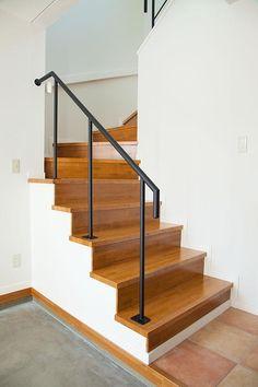 玄関脇の階段(『JIMBA』〜回遊性のある収納上手な家〜)- その他事例|SUVACO(スバコ)