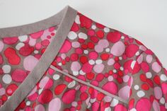 Voici comment coudre un passepoil plat. Sewing Class, Sewing Basics, Sewing Hacks, Sewing Tutorials, Sewing Projects, Sewing Patterns, Sewing Tips, Coin Couture, Couture Sewing