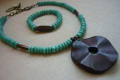 Juego de collar y pulsera elaborado con turquesas, hueso y dije grande en madera.