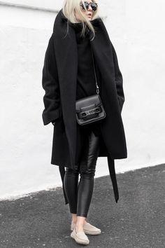 Black Winter, manteau à col, sac black, lunettes. Lifestyle