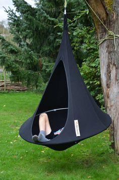 Lekker hangen, schommelen of gewoon spelen in de tent. Dat kan in de Bonsai van Cacoon. Deze variant voor kinderen is een mooi plaatje voor in de tuin, maar de