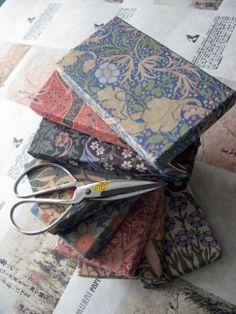 Ručně kované nůžky a krabičky z ručního papíru...