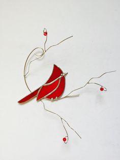 Belle suncatcher cardinal rouge fait avec un verre transparent semi rouge vif, il est assis sur une branche de fil ornée de verre rouge « baies » les branches fan en les éloignant de la fenêtre donnant à cette pièce un effet de 3 dimensions. Une ventouse est incluse. Le cardinal lui-même mesure 4, 5 x 3 » et la pièce entière, branches inclus 7,5 « x7.5 ». Cet article est fabriqué sur commande et généralement expédié dans les 7 jours suivant la commande. Tous les expédition inclut désormais…