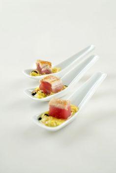 Hapje met gegrilde tonijn http://www.njam.tv/recepten/hapje-met-gegrilde-tonijn