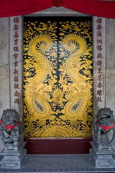 It would be fun to do a set of carved doors with Asian dragons like these! - Temple doors China