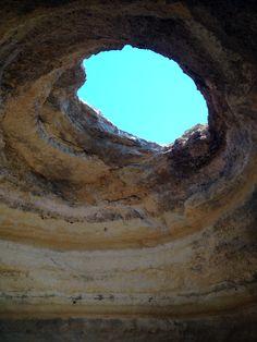 Le bleu du ciel au travers d'une grotte / Algarve