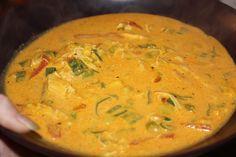 Denne suppen er kjempegod og veldig mettende, perfekt på en kald høst kveld og alle andre kvelder :) Du trenger: (til 4 personer) 1 hel rå kylling (4 kyllingfilet kan også brukes for en raskere ver… Thai Red Curry, Tapas, Nom Nom, Bacon, Recipies, Food Porn, Turkey, Food And Drink, Favorite Recipes