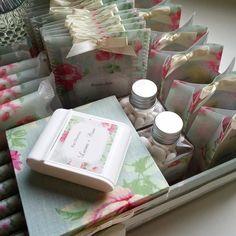 Detalhes do nosso lindo kit toilette #kitbanheiro #kittoilette #floral #flores #flower #wedding #casamento #weddinginvitation #weddingstationery #papelariafina #papelaria #identidadevisual #susanafujita by susanafujita
