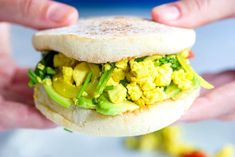How to make an ultra-satisfying tofu scramble with spinach and tomatoes. Perfect for breakfast, lunch or dinner! Quick and easy recipe! Baked Salmon Recipes, Pasta Recipes, Salad Recipes, Zoodle Recipes, Tofu Scramble, Scrambled Tofu Recipe, Extra Firm Tofu, Turkey Burgers, The Fresh