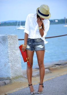 white business shirt, dark blue denim shorts with destroyed effects, white and black suede pumps with L - Mode - Shorts Casual Summer Outfits, Short Outfits, Outfit Summer, Casual Winter, Casual Shorts, Beach Outfits Women Vacation, Outfit Beach, Spring Outfits, Summer Wear