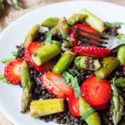 Belugalinsen-Salat mit Erdbeeren und grünem Spargel-Rezept