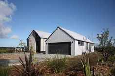 Glenbrook house with roofing and cladding in New Zealand Steel's Zincalume®. Supplied by Franklin Longrun Roofing and installed by Smart Roofing. Architecture by Jann Hurley, Pukekohe Modern Barn, Modern Farmhouse, Shed Design, House Design, New Zealand Architecture, House Cladding, Shed Homes, The Gables, Steel Buildings