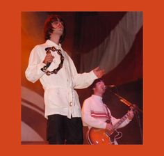 Não parece? Aqui os irmãos Gallagher em Knebworth, um show que entrou pra história da banda e da música pop