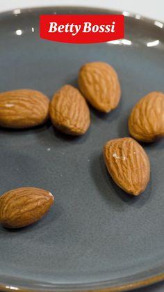 Eine Birne mit nussigem Kern, umhüllt von knusprigen Blätterteigstreifen. Wer könnte ihr widerstehen? Cookies, Desserts, Food, Sweet Recipes, Cooking Recipes, Pears, Almonds, Food Food, Biscuits