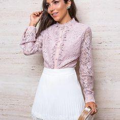 Sempre esbanjando elegância @lalanoleto 💖 A escolha da vez foi nossa camisa que é o máximo em feminilidade, toda em renda, com delicada transparência e muito charme! Combinada a saia total White, plissada, ultra trend! Várias tendências  em uma produção, chic, glam! #vemprakesses #fashion #moda #lookdodia  #Repost @lalanoleto with @repostapp ・・・ A camisa de renda mais deusa da vida e saia plissada @kessesoficial 🎀 Gamadaaaaa nessa camisa! Não é de princesa?