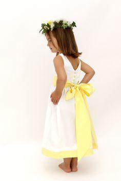 Robe Cléophée avec bandeau et ceinture jaune pale/ Cleophee dress with yellow band and belt. #lespetitschouxdebruxelles #cortege #bridesmaid #mariage #wedding #outfit #demoiselledhonneur #weddingprocession #pages #flowergirl