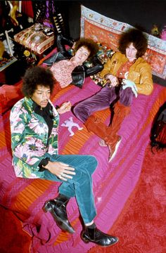 Jimi Hendrix - The Jimi Hendrix Experience; (clockwise from top left) Mitch Mitchell, Noel Redding and Jimi Hendrix. Woodstock, Rock And Roll, Janis Joplin, Look Disco, 70s Fashion, Vintage Fashion, Vintage Style, Mundo Hippie, Beatles