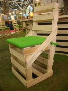 pallet chair @Rachel Moore check this out!