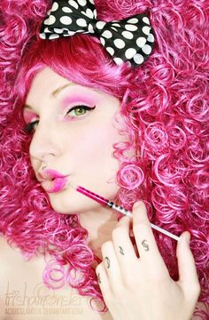 To do this look, you will need a pink wig (that you find in a dollar store for exemple) and then a bow!!! The rest is all about the makeup being PINK. The eyes, the lips ...at the end if you find a pink dress, the look will be fabulous. And here is THE PINK LADY!!!