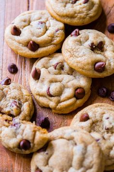 Use half dark chocolate and half salted caramel chips. These incredible Biscoff chocolate chip cookies are an upgraded version of regular chewy and soft-baked chocolate chip cookies. Biscoff Cookie Butter, Biscoff Cookies, Butter Chocolate Chip Cookies, Butter Cookies Recipe, Peanut Butter, Köstliche Desserts, Delicious Desserts, Dessert Recipes, Biscuits