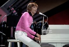 Barry Manilow performs on 'The Midnight Special' TV show on March 14, 1975 in Burbank, Californi