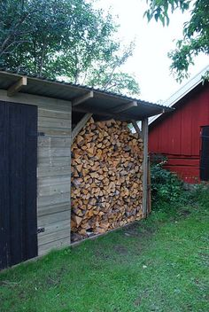 If you have a family you need to build a backyard shed roof that's safe for children. Put a child in a yard along with a mysterious shed, and you can do the math Wood Storage Sheds, Wood Shed, Firewood Storage, Barbacoa, Kiln Dried Firewood, Firewood Logs, Shed Roof, Le Far West, Country Life