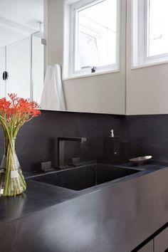 No projeto da arquiteta Bianca da Hora, cores sóbrias, cimento queimado e marcenaria em freijó ditam o tom da decoração