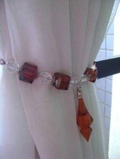 Prendedores para cortina em pedraria acrílica marrom e transparente, com cordão para amarrar.