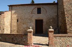Petrarca conosce Arquà nel 1364, malato di scabbia (...). Gli rammenta la sua terra, la Toscana, quei luoghi ricolmi di vite di olivo, mandorli e faggi. Ha la possibilità di avere per sé una casa e un vasto terreno da restaurare e da modificare per sé e per la sua famiglia. Una abitazione 'modesta ma decorosa'(...), con un giardino e con un brolo, divisa con la sua servitù. L'interno è rivisto per le sue esigenze di vita, uno studio, una sala di rappresentanza. (cit.Camperarcobaleno)