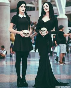 Curated by 🖤 FUN * Cosplay * Horror * Halloween Costume * The Addams Family * Morticia Addams * Wednesday Addams * Ideas & Inspiration * Looks Halloween, Creative Halloween Costumes, Couple Halloween, Halloween Cosplay, Halloween Makeup, Mother Daughter Halloween Costumes, Funny Halloween, Halloween Costumes Adams Family, Group Halloween
