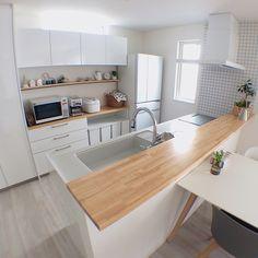 RoomClipユーザーの素敵なキッチンを紹介する「憧れのキッチン」連載。 今回は、ホワイトを基調にした、角を丸めたような優しさの漂うシンプルインテリアが魅力的なkaoru224さん宅のキッチンをご紹介します。 Kitchen Room Design, Home Room Design, Home Decor Kitchen, Kitchen Interior, Home Kitchens, Kitchen Dining, Japan Interior, Interior Modern, Diy Interior