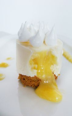 Un cheese cake qui se prenait pour une tarte citron meringuée. A cheese cake who thought he was a lemon meringue pie Köstliche Desserts, Delicious Desserts, Yummy Food, Sweet Recipes, Cake Recipes, Dessert Recipes, Mug Cakes, Cupcake Cakes, Food Plating