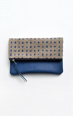 Hey, j'ai trouvé ce super article sur Etsy, chez https://www.etsy.com/fr/listing/166618974/blue-arrow-embrayage-blue-leather-clutch